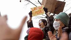 Участники митинга с плакатами на Пушкинской площади