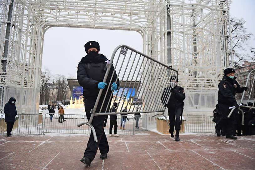 В Москве задержания на Пушкинской площади начались еще до начала акции. Вокруг площади были установлены ограждения