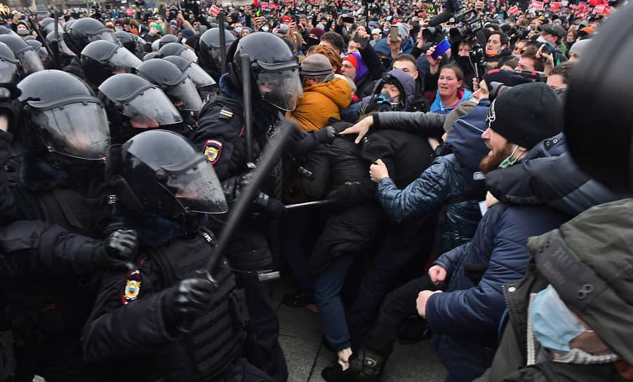 Столкновение между участниками митинга и сотрудниками полиции