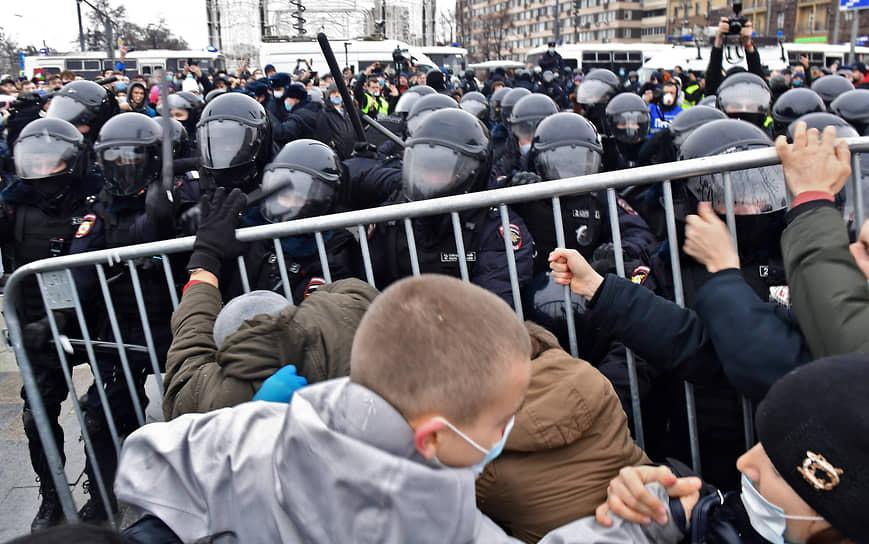 Участники митинга в поддержку Алексея Навального на Пушкинской площади
