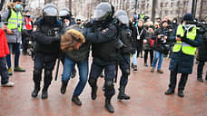 Сотрудники полиции патрулируют Пушкинскую площадь и задерживают граждан, после чего сажают их в автобусы на Тверской улице
