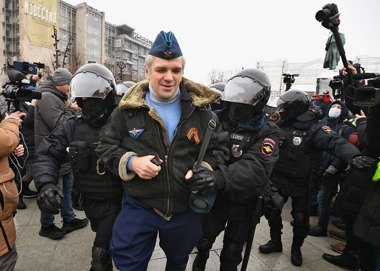Сотрудники полиции задерживают участника митинга в центре Москвы