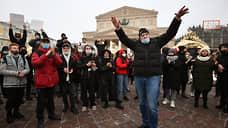 Митингующие на Театральной площади в Москве