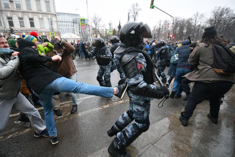 Столкновение между участниками митинга и сотрудниками полиции на Страстном бульваре