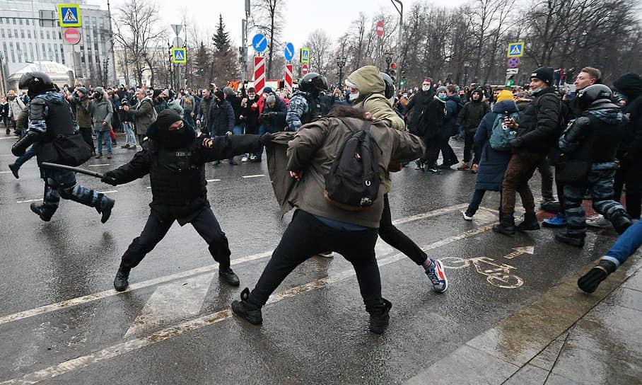 """«Начались очень жесткие задержания. Толпа начала отбивать людей, но ОМОН работает дубинками и задерживает всех, кто на них бросается»,— сообщает корреспондент """"Ъ"""" на Пушкинской площади"""