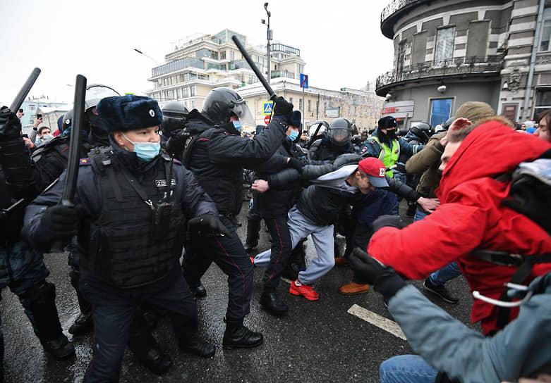 Столкновение между участниками акции и сотрудниками полиции