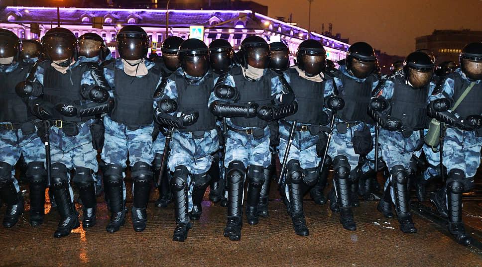 Оцепление из сотрудников полиции на месте проведения митинга в Москве