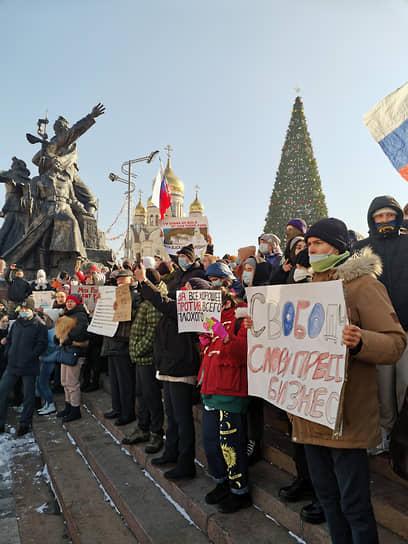 Во Владивостоке демонстранты скандировали: «Путина в отставку», «Мы не боимся. Раз. Два. Три, Путин уходи», «Верни дворец народу»