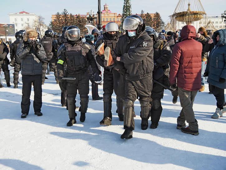 В Хабаровске на акцию протеста на главную площадь города вышло около 250 человек