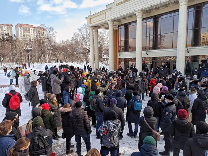 """В Южно-Сахалинске, по оценке корреспондента """"Ъ"""", на акцию вышли около 400 человек"""