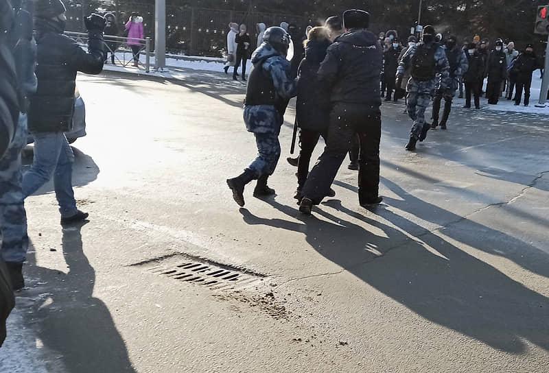 Во время шествия в Южно-Сахалинске силовики разделили колонну и начали задержания. В итоге до пункта назначения — до площади Победы — дошли около 40 человек
