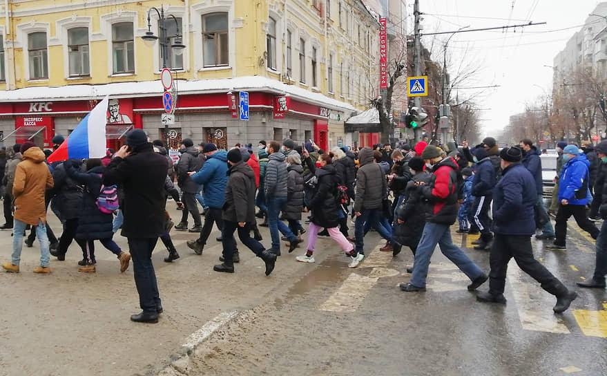 В Саратове на акцию в защиту Алексея Навального собрались от 500 до 1000 человек. Шествие идет по проспекту Кирова