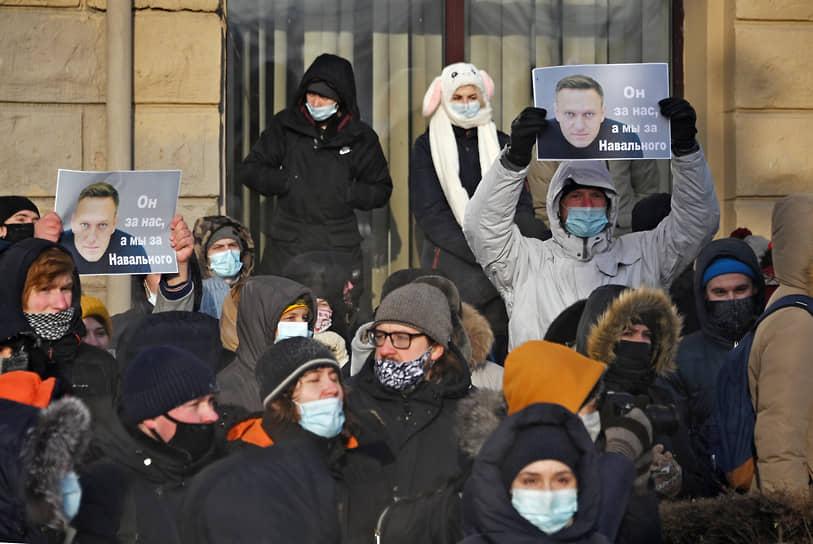Митингующие в Омске с плакатом: «Он за нас, мы за Навального!»
