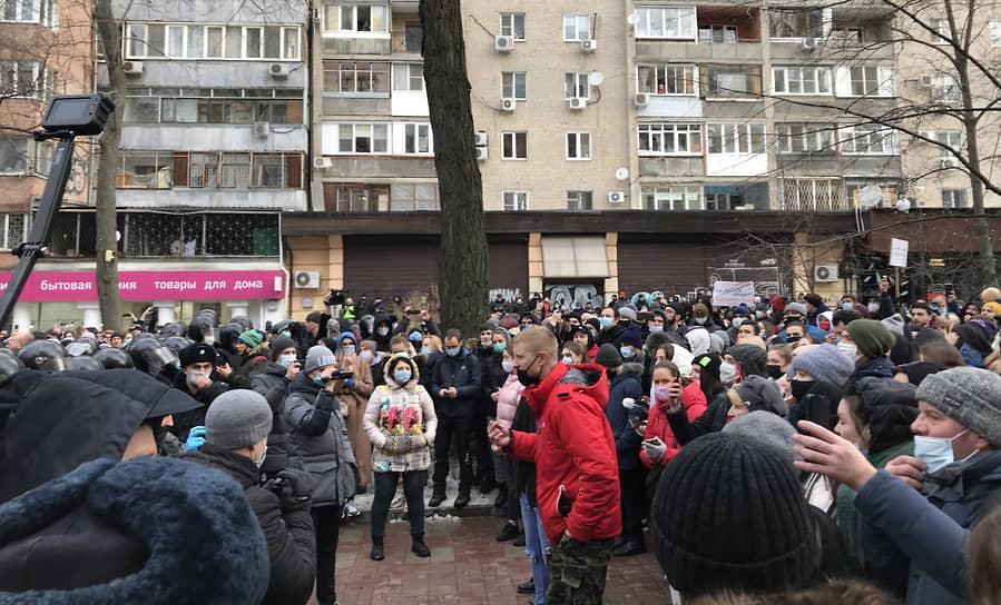 В Ростове-на-Дону протестующие приняли попытку разорвать оцепление между двумя колоннами, но сделать это не удалось. Полицейских закидывают снегом
