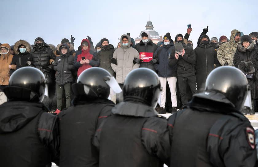 Митингующие и полицейские в Омске