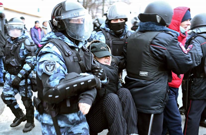 Сотрудники полиции во время задержания участника митинга в Воронеже