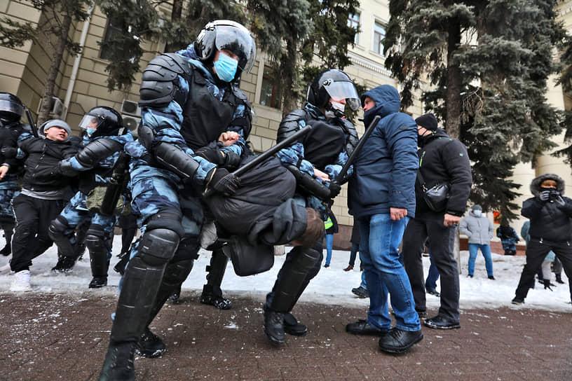 Задержание участника митинга в Волгограде