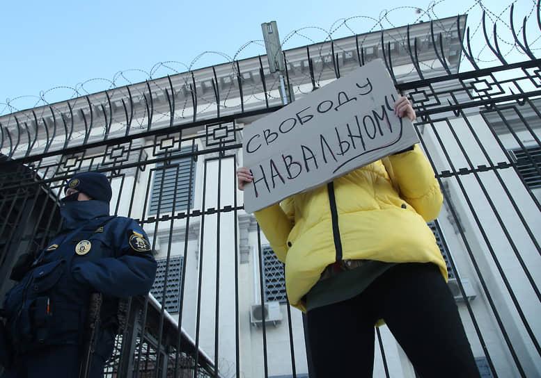 Акция в поддержку Алексея Навального у здания посольства России в Киеве