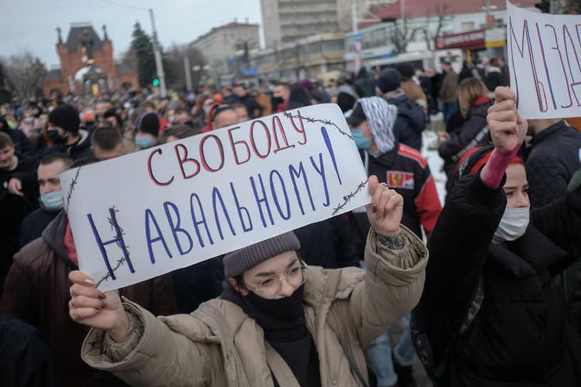 К 19:30 шествие сторонников Алексея Навального в Краснодаре завершилось. На выходе с площади перед администрацией края были задержаны несколько участников акции