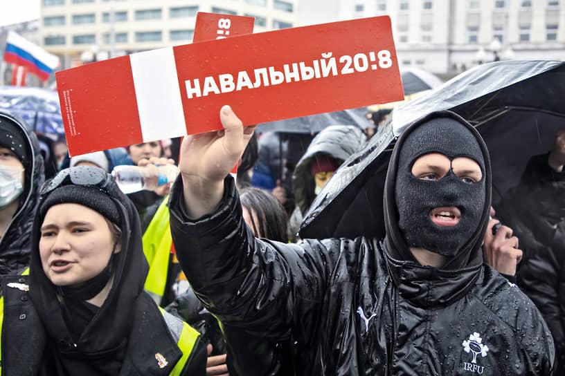 В Калининграде сотни прошли маршем, скандируя: «Россия без Путина», «Раз, два, три — Путин, уходи», «Выпускай». Проезжающие мимо автомобили сигналили участникам акции
