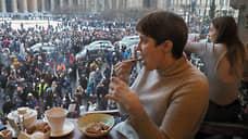 Посетители кафе наблюдают за митингом в Санкт-Петербурге
