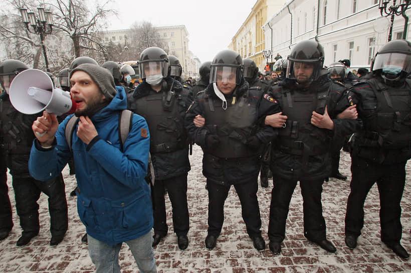 На центральной улице Нижнего Новгорода Большой Покровской собрались несколько тысяч человек, они скандируют «Свободу Навальному», «Уходи», «Отпускай!» и другие лозунги. ОМОН заблокировал им путь
