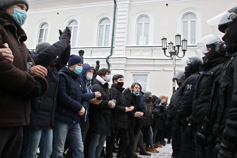 Митингующие и полицейские в Нижнем Новгороде
