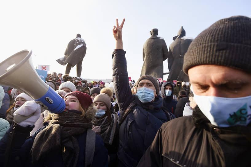 В Новосибирске участники акции собрались у Дома офицеров. Оппозиционеры прошлись шествием по Красному проспекту – главной транспортной артерии города, скандируя: «Долой царя, «Путин – вор», «Россия будет свободной»