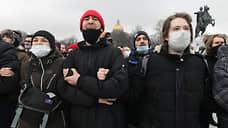 ОМОН взял Сенатскую площадь в кольцо и выхватывает из толпы людей. Митингующие скандируют: «Позор»