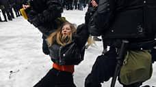 Задержание девушки на Сенатской площади в Санкт-Петербурге