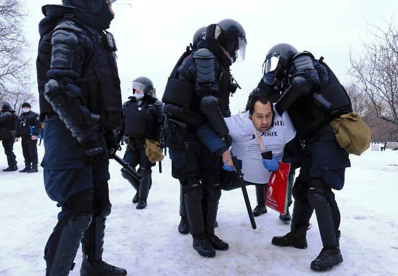 Задержание участника митинга в Санкт-Петербурге