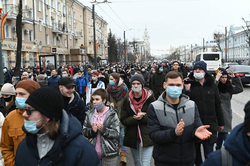 В Воронеже на акцию в поддержку Алексея Навального собралось около 1 тыс. человек. Начавшееся у памятника писателю Андрею Платонову шествие ОМОН заблокировал у кинотеатра «Пролетарий», перекрыв движение по тротуару проспекта Революции