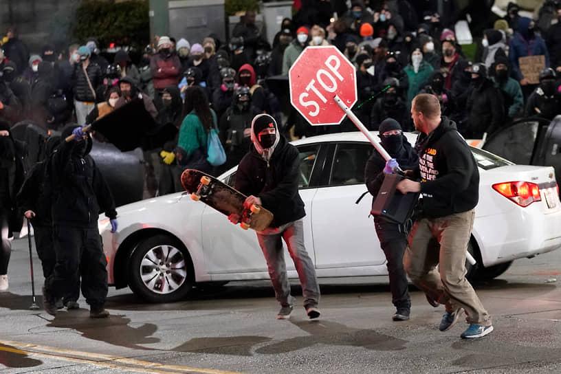 Такома, США. Демонстранты во время акции протеста