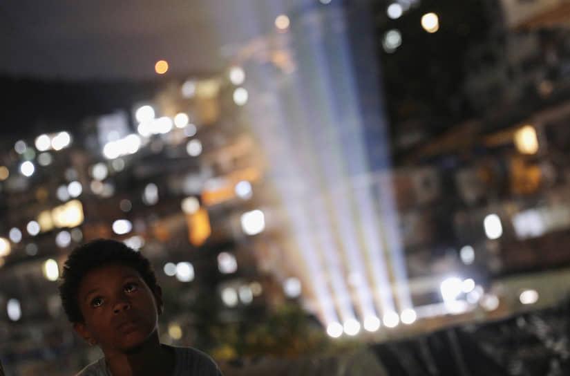 Рио-де-Жанейро, Бразилия. Мальчик смотрит фильм