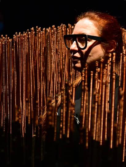 Москва, Россия. Художница Алла Урбан во время пресс-показа выставки «Алла Урбан. Из железа в каплю света»