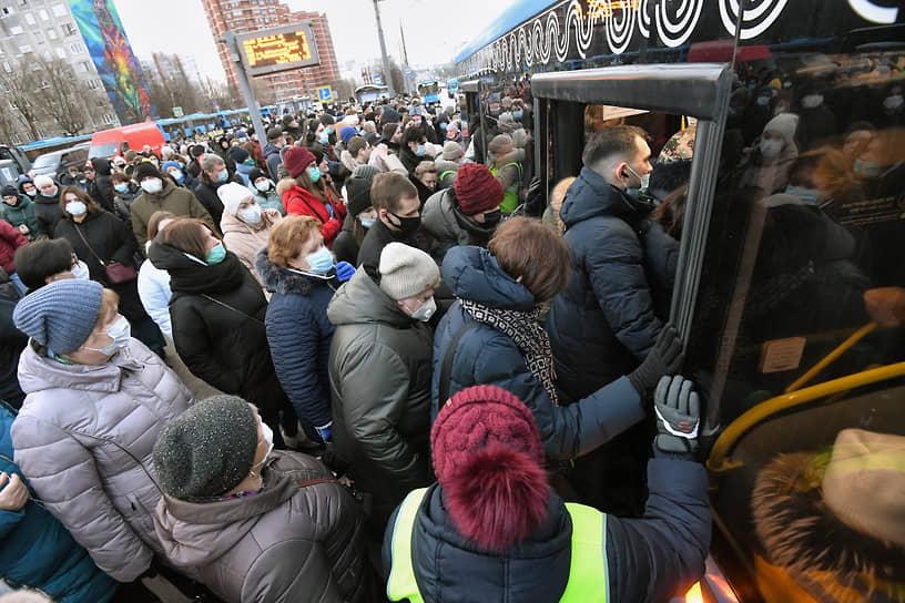 Москва, Россия. Пассажиры перед входом в автобус после закрытия участка Калужско-Рижской линии метро
