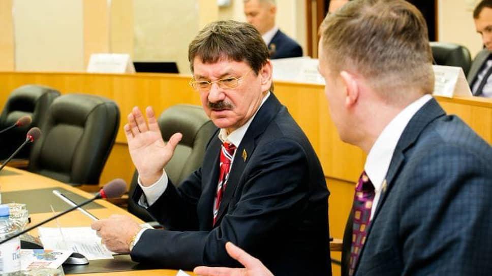 Депутат гордумы Сургута от партии ЛДПР Евгений Барсов (в центре)
