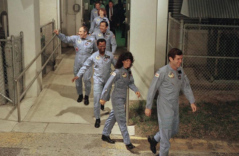 Старт был назначен на 22 января 1986 года, но неоднократно откладывался из-за технических проблем и неблагоприятных погодных условий, в итоге его запланировали на 28 января  <br>На фото: экипаж STS-51L следует на стартовую площадку Космического центра Кеннеди
