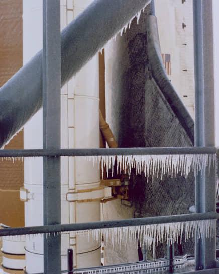 В ночь на 28 января температура воздуха опустилась ниже нуля, что вызвало беспокойство у руководителей фирмы, занимавшейся разработкой твердотопливных ускорителей. При низких температурах материал их межсекционных уплотнителей терял свою эластичность и мог не обеспечить герметичность в местах стыка секций