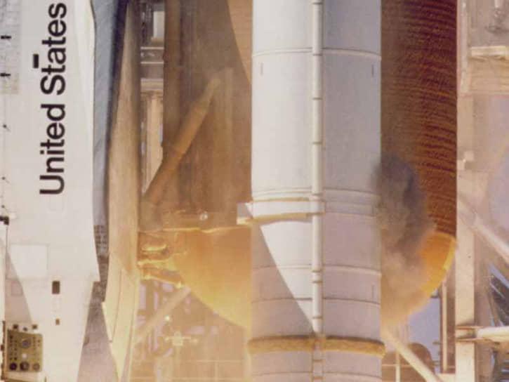 Сразу после старта кинокамеры зафиксировали струю серого дыма, бьющую из кормового стыка правого твердотопливного ускорителя. Чем большую скорость набирал шаттл, тем больше и темнее становились струи дыма, что свидетельствовало о разрушении изоляции ускорителя