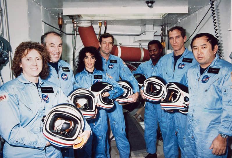 Многоразовый транспортный космический корабль «Челленджер» (англ. Challenger, «Бросающий вызов») первоначально был построен в качестве испытательного корабля для американской программы Space Transportation System, более известной как Space Shuttle  <br>На фото: экипаж «Челленджера» STS-51L