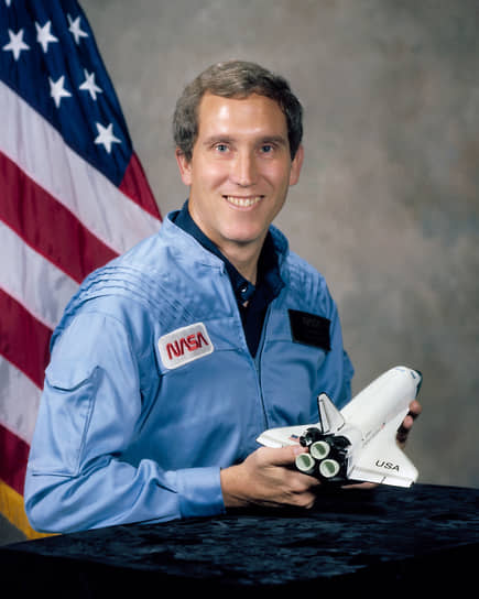 К концу января 1986 года космические челноки выполнили 24 миссии на орбиту по программе Space Shuttle. Всего на год планировались 15 полетов  <br>На фото: пилот коробля Майкл Смит