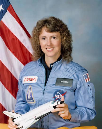 Второй специалист по полезной нагрузке Шарон Кристи Маколифф (на фото) была школьной учительницей. Для нее это был первый полет в космос в качестве первого участника проекта NASA «Учитель в космосе». Она должна была провести два урока в прямом эфире