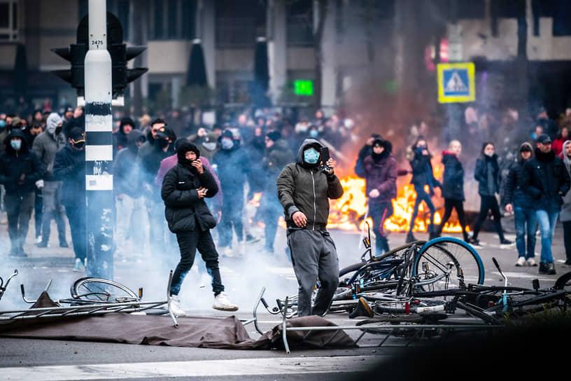 24 января на улицы городов Нидерландов вышли тысячи человек. Они требовали смягчить жесткие меры правительства по борьбе с пандемией COVID-19