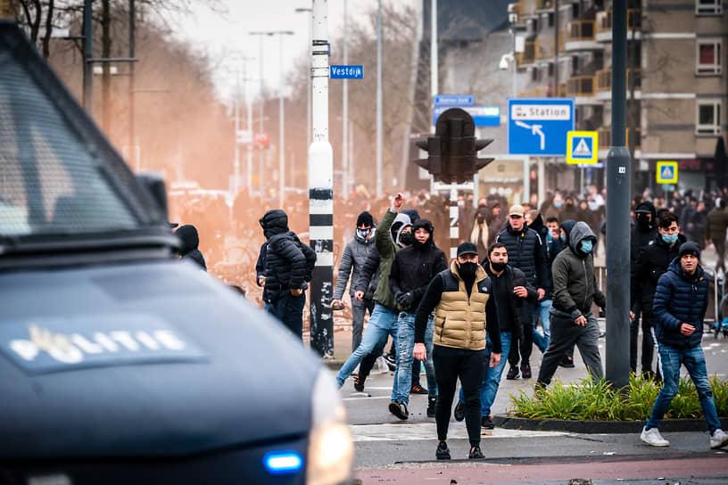 В Эйндховене одна женщина, не участвовавшая в беспорядках, а проходившая мимо, была ранена конной полицией
