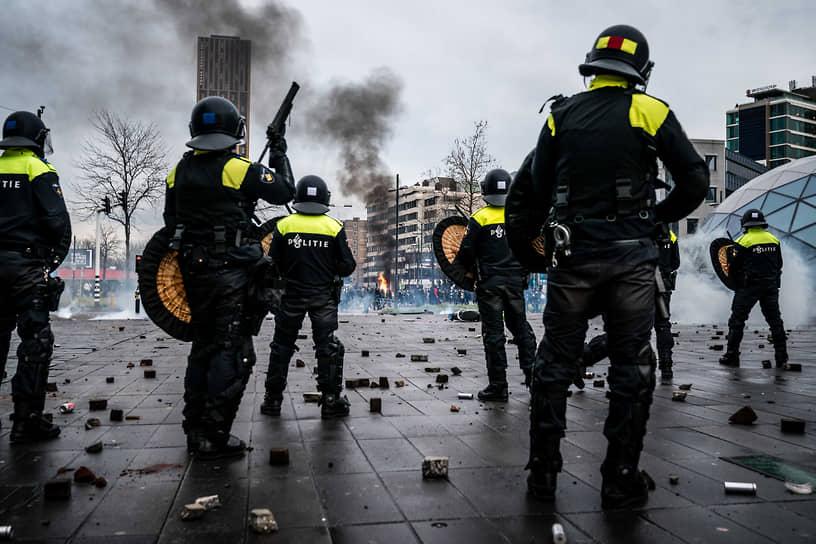 Правоохранители применили против протестующих в Нидерландах водометы и дубинки, а в городе Эйндховен — и слезоточивый газ