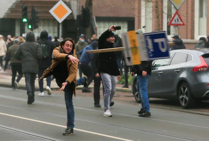 Все это ранее вызывало недовольство противников «жестких мер», которые, вышли на акции протеста в предыдущие выходные, 17 января