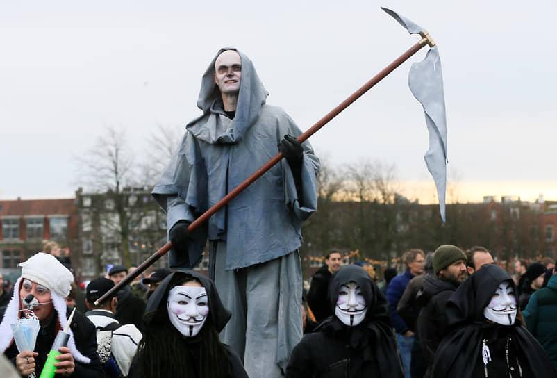 Как пишут голландские СМИ, организатором протестов выступил некий Мишель Рейджинга — лидер протестного движения «Нидерланды в сопротивлении»