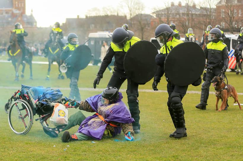 Однако на прошлой неделе голландские власти приняли решение ужесточить карантин. Так, с субботы в Нидерландах начал действовать комендантский час. Согласно новому правилу, появляться на улице с 21:00 до 4:30 разрешено лишь в исключительных случаях