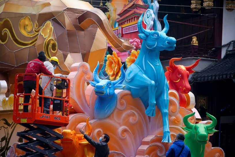 Шанхай, Китай. Подготовка к китайскому Новому году, символом которого станет бык